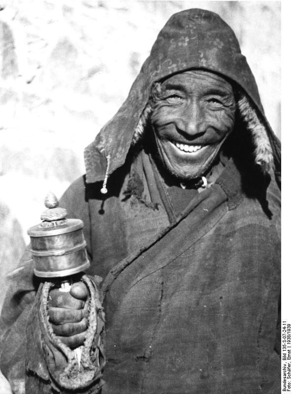 Tibetexpedition, Mönch mit Gebetsmühle