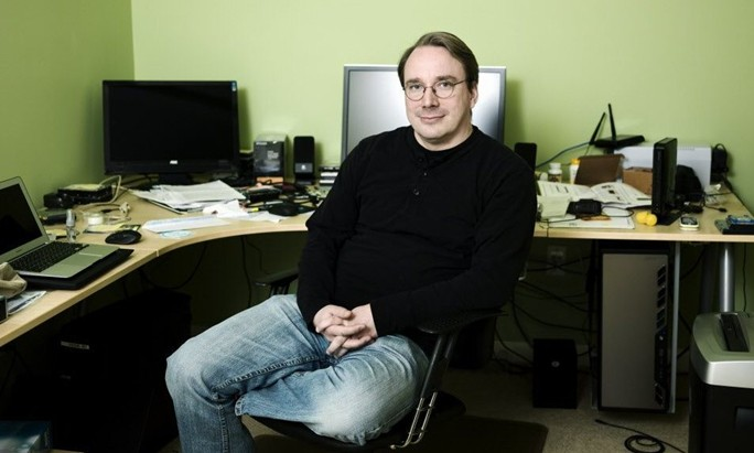 Linus revisando el codigo de Linux