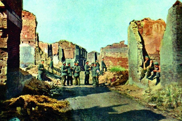 S. 218: Soldaten auf einer Straße in Sommepy. (Foto: Hans Hildenbrand)